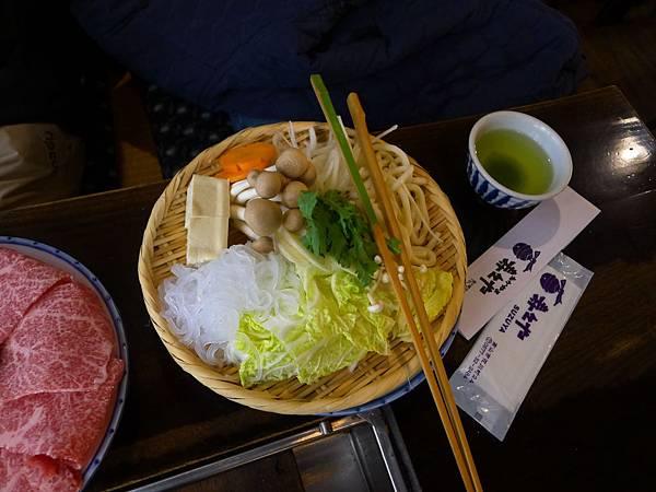 菜盤~可愛的女老闆用英文跟學姐介紹每一樣菜,但遇到綠色那個水菜(春菊)她停很久..說了KIKU(菊的日文)