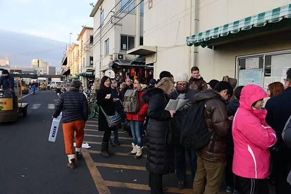 我們六點多就加入壽司大行列~但太可怕~