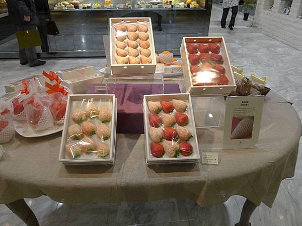 昂貴水果店的草莓~~紅白那盒要六千多日幣