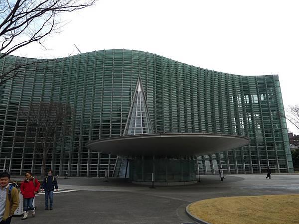 很多玻璃做的波浪狀美術館~~