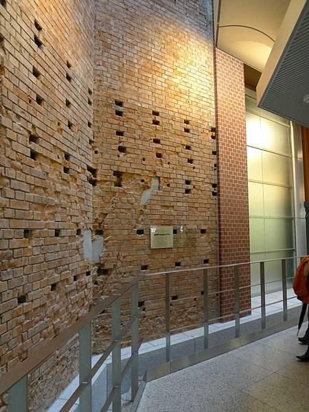 車站內保留的紅磚牆~