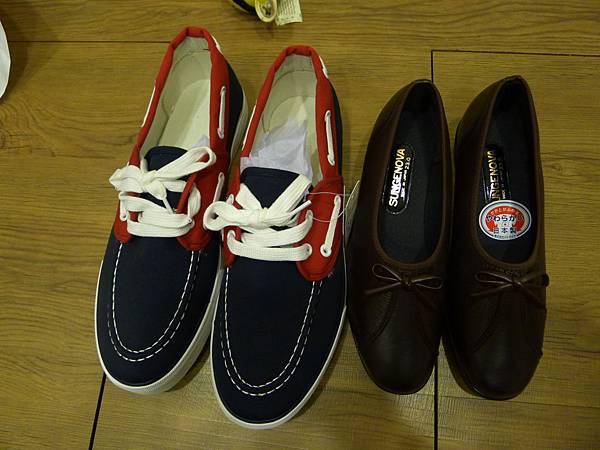 給弟弟跟媽媽的鞋~結果老弟的好像太大雙~但很好看弟你一定要穿
