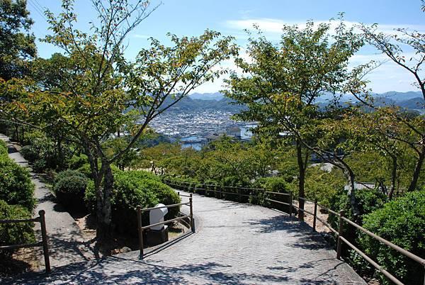 旁邊是櫻花樹,櫻花開一定很美很美~