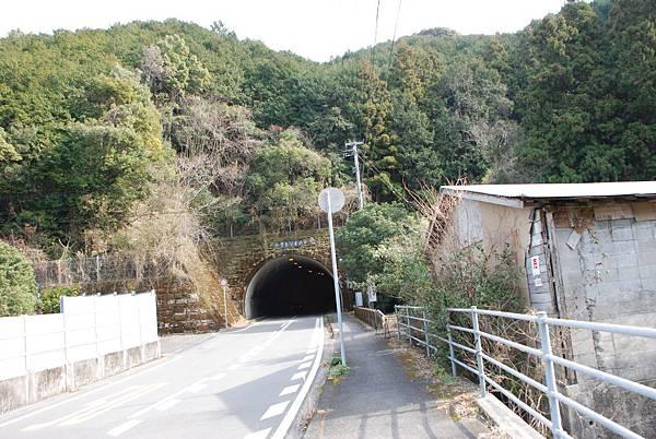 出現隧道了~