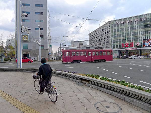 全紅得路面電車