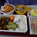 好久沒吃過飛機餐..但好難吃呀~~
