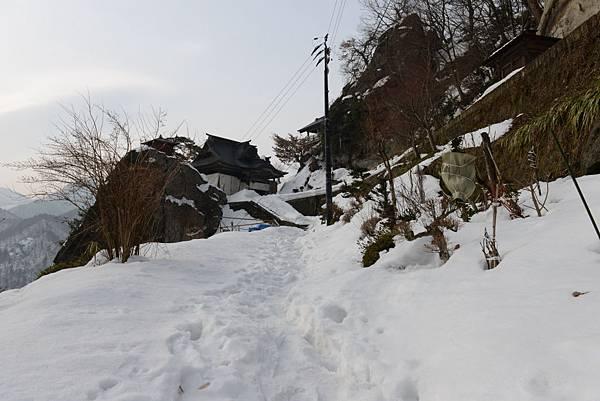 走去五大堂的路更多雪~