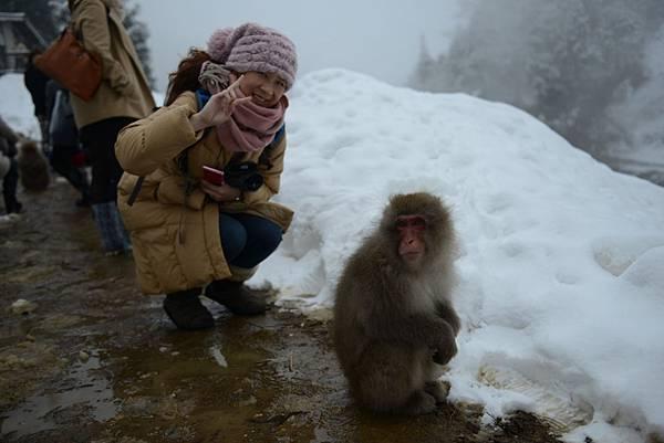 偷偷跟猴子合照