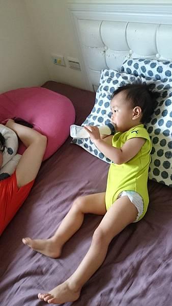 06.12 一早起床喝奶還不知道今天要出國的孩子