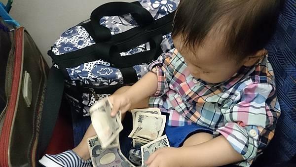 在車上給他玩錢包