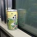 飲料販賣機都賣光了我只能買到這奇怪的飲料還一路到下飛機的電車上才有空喝