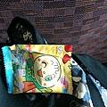 挖出這包昨天買的糖果,因為要含比較久跟他過去吃的不一樣。他吃的很開心~