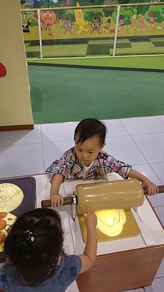別的小朋友也想碰,叫阿勇讓給他玩吧~