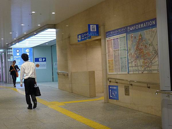 推車的可以從25號出口搭電梯上去,沒推車的前面26號出口搭手扶梯上去