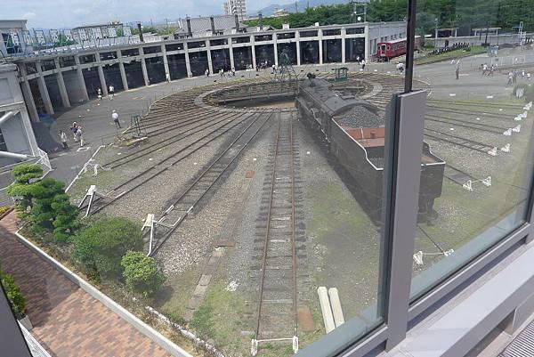 從上面往下看,整個蒸氣火車的扇形車庫
