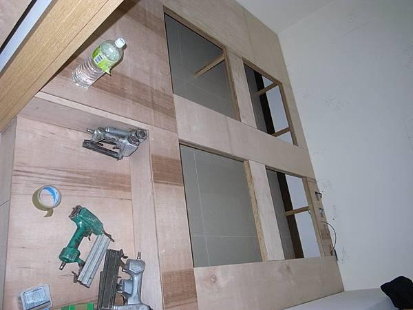 架高地板跟四個儲物格的雛型也出來了...我有偷踩上去..感覺怪怪的