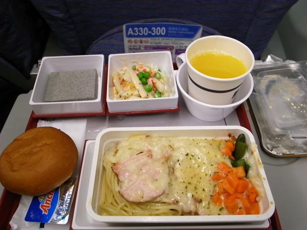這次的飛機餐..沒吃早餐的我們也把他啃完了~但為什麼沒有水果呀?