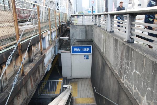 中津是個小站,只停普通車!!而且進站就是這樣一個階梯下去這樣~~