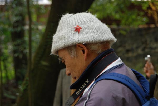 這個阿公帽子上的楓葉不知道是不是意外~