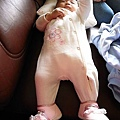 我們發現妹妹的衣服好小~腳都伸不直~