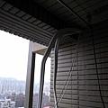 陽台的冷氣線..我們會用盒子裝好~