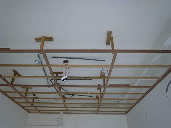 客廳的中間有留一段沒有支架...就是設計師要幫我們隔出餐廳跟廚房的感覺