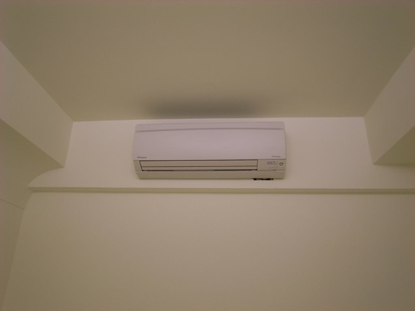 房間的冷氣~下來木工還要修補