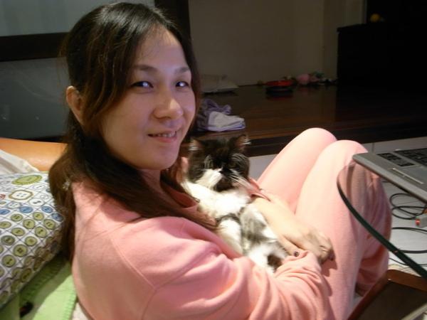 我很愛這樣抱卡拉~卡拉跟小嬰兒一樣說