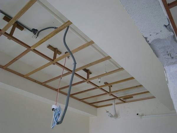 臥室的天花板..兩邊不同高度的樑~不知道要怎麼藏勒~~