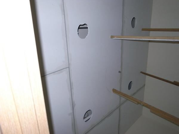 天花板的電燈孔挖出來了~~