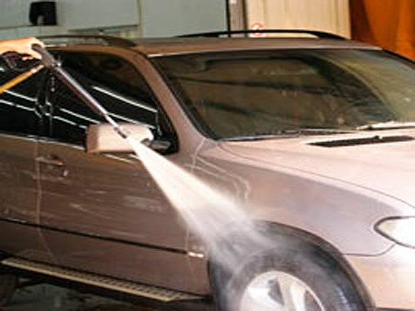 洗車囉!!先把車的髒污沖掉