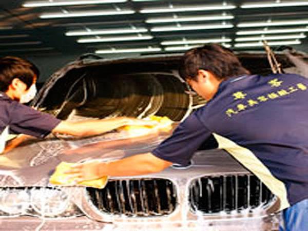 先以人工幫車子上清潔劑