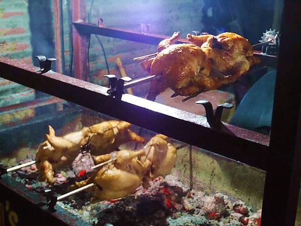 06-菲律賓科隆小吃大集合 烤雞 吳酸酸.JPG
