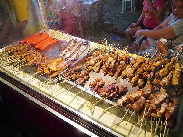 12-菲律賓科隆小吃大集合 烤肉 吳酸酸.JPG