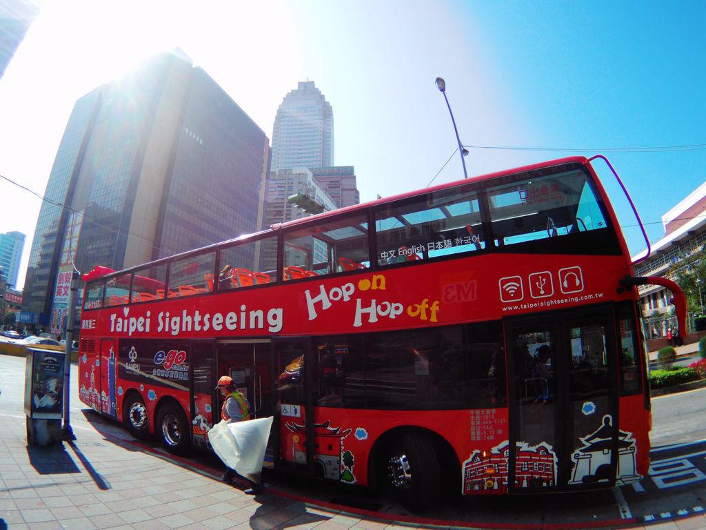 50-台北雙層觀光巴士 吳酸酸.JPG