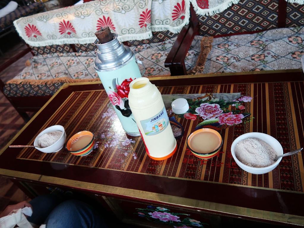 74-西藏阿里塔欽 藏式茶館 甜茶 糌粑 吳酸酸.JPG