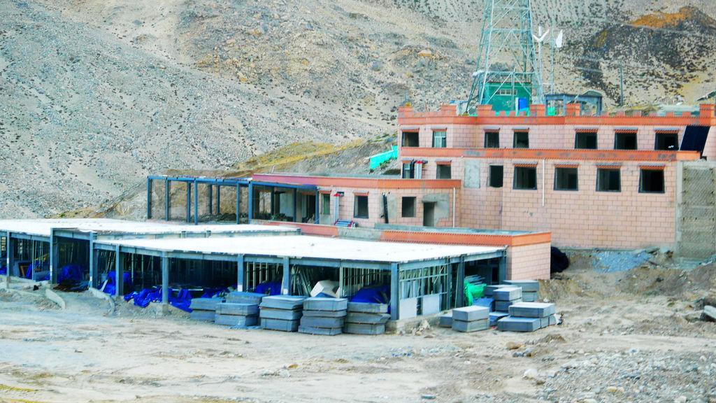 56-前往5200米珠峰大本營途中 絨布寺賓館 西藏吳酸酸.JPG