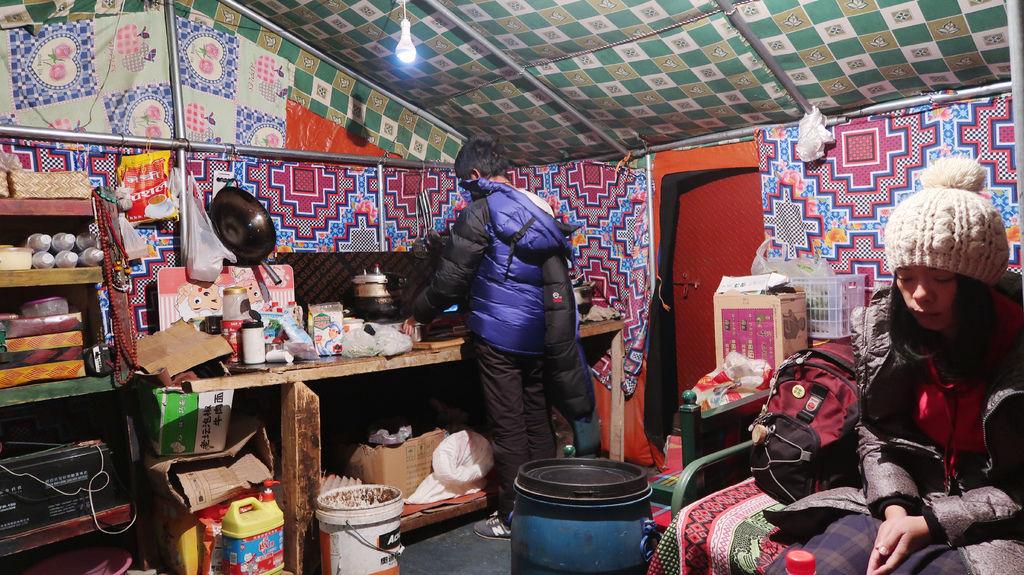 93-5200米珠峰大本營帳篷吃早餐 西藏吳酸酸.JPG