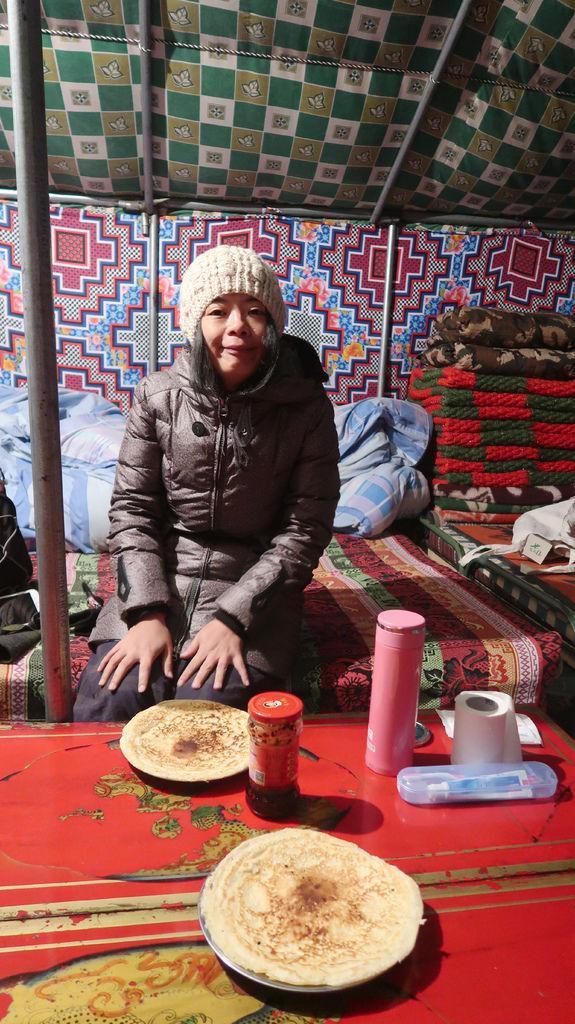 94-5200米珠峰大本營帳篷吃早餐 西藏吳酸酸.JPG