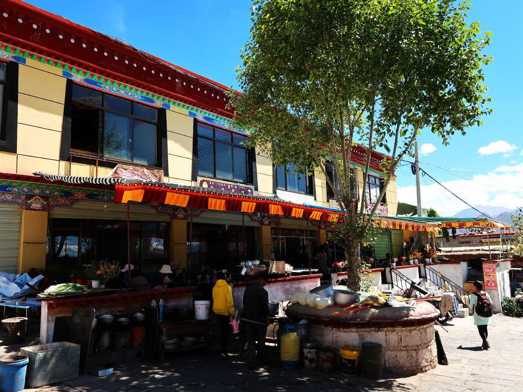 41-西藏拉薩 哲蚌寺前的藏餐館(吳酸酸).JPG