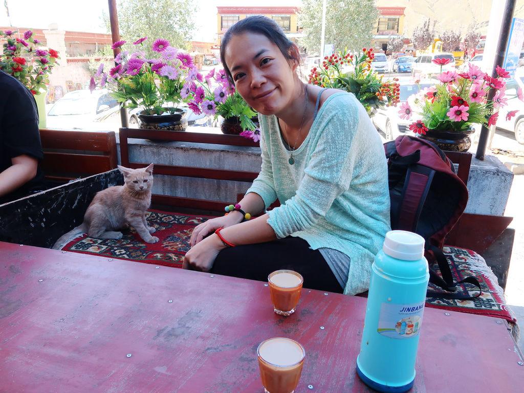 44-西藏拉薩 哲蚌寺前的藏餐館(吳酸酸).JPG