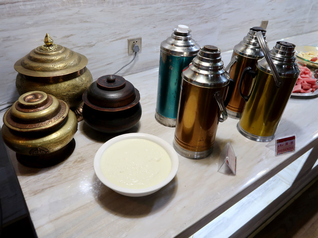 09-西藏日喀則扎西曲塔酒店早餐 吳酸酸.JPG