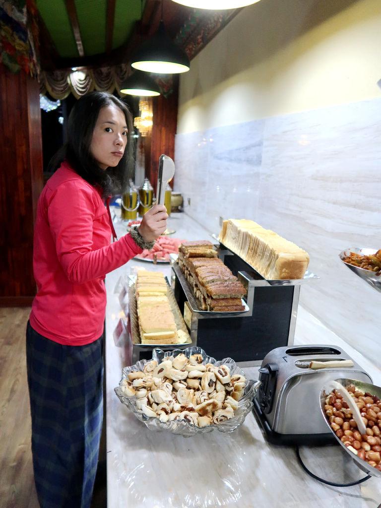 07-西藏日喀則扎西曲塔酒店早餐 吳酸酸.JPG