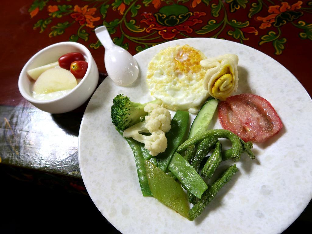 15-西藏日喀則扎西曲塔酒店早餐 吳酸酸.JPG