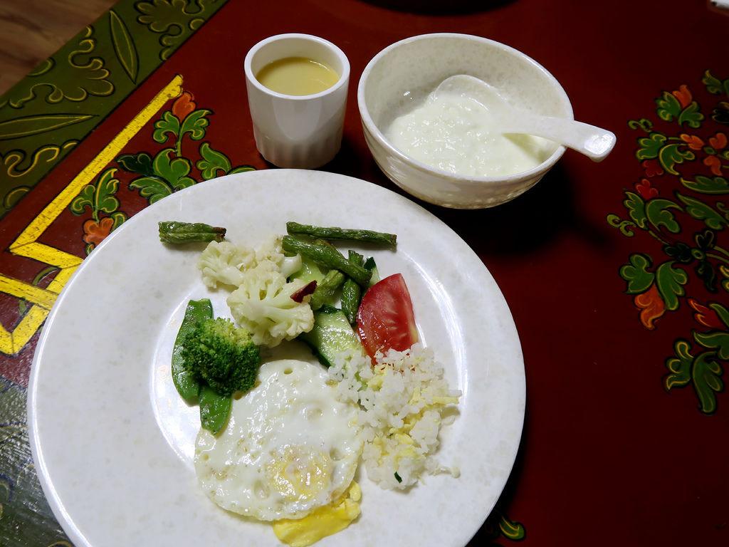 14-西藏日喀則扎西曲塔酒店早餐 吳酸酸.JPG