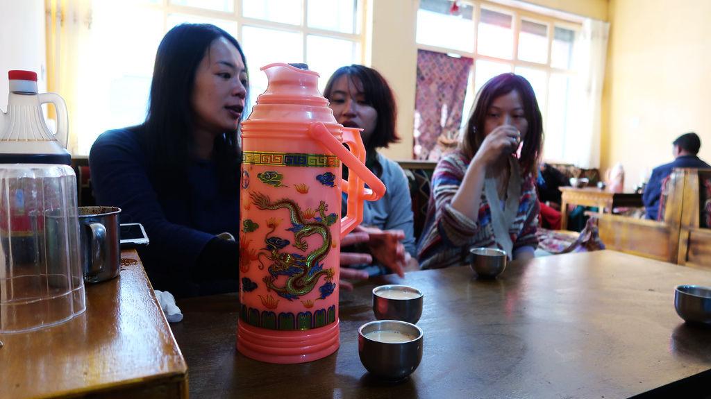 70-從珠峰大本營到薩嘎一路好玩。薩嘎晚餐慶祝中秋節.JPG