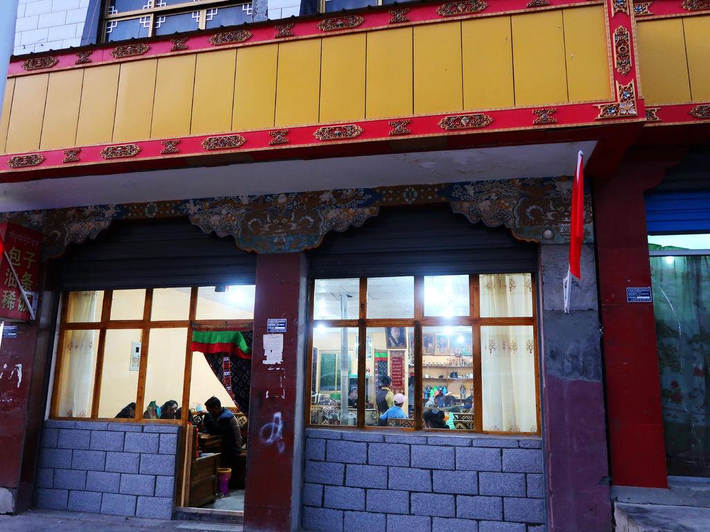 67-從珠峰大本營到薩嘎一路好玩。薩嘎晚餐慶祝中秋節.JPG