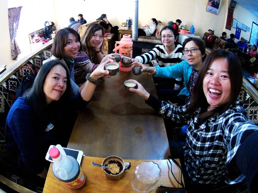 71-從珠峰大本營到薩嘎一路好玩。薩嘎晚餐慶祝中秋節.JPG