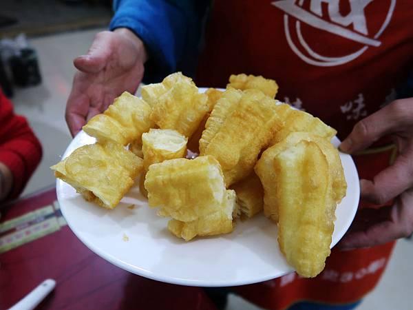 86-從珠峰大本營到薩嘎一路好玩。薩嘎早餐(自費)超好吃油條.JPG