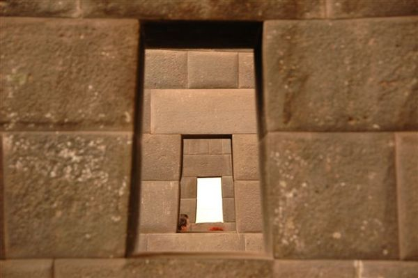 Cusco-下午city tour-太陽神殿-一直線的梯形窗.JPG